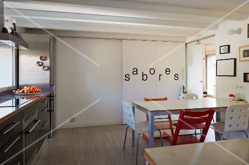 moderne wohnk che mit essplatz einbauschrank mit spanischem schriftzug auf raumhoher schiebet r. Black Bedroom Furniture Sets. Home Design Ideas