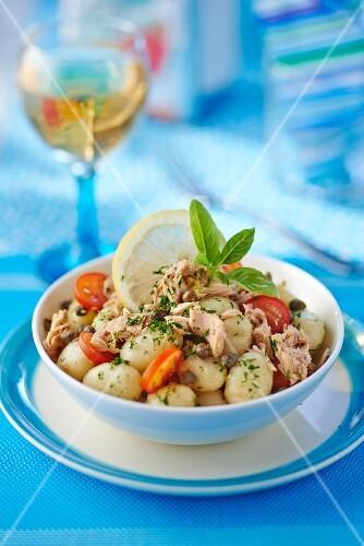 Gnocchi salad with tuna and tomatoes