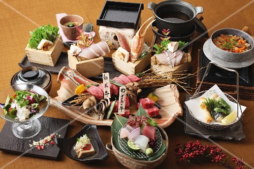 Party platters with salad, sashimi and mussel tempura (Japan)