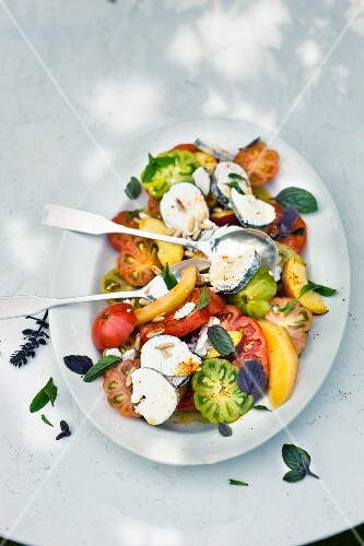 Fruity tomato salad with goat's cheese