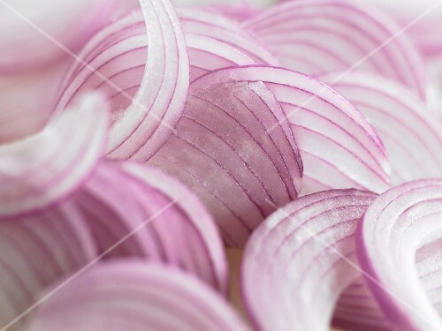 Sliced red onion (close-up)