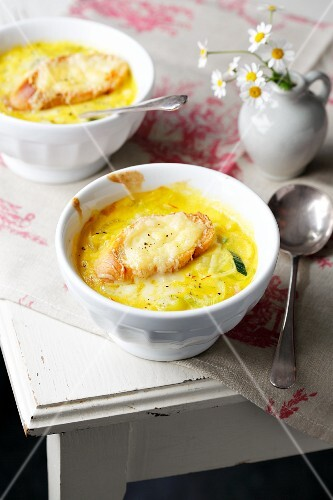 Gratinated onion soup with leek and saffron