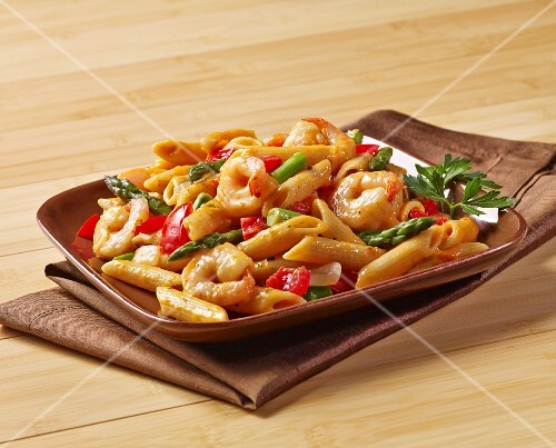 Penne pasta with prawns, green asparagus and peppers