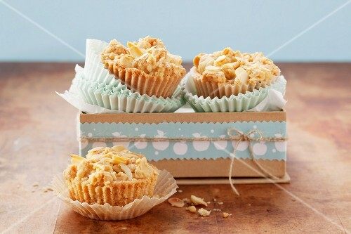 Crumble muffins with apples and almonds