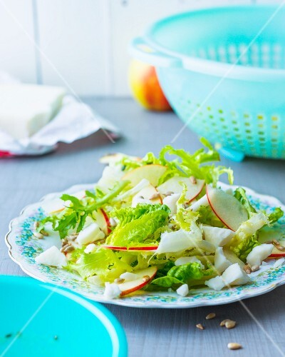 Mixed leaf salad with apples and goat's cheese