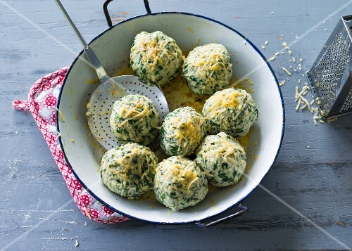 Spinach dumplings with nut butter