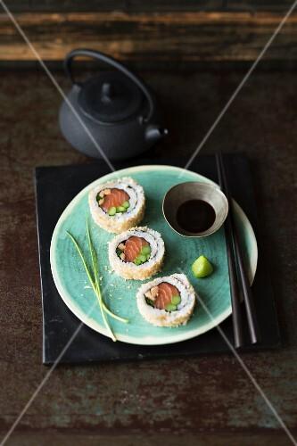 Uramaki sushi with salmon, vegetables and panko breadcrumbs