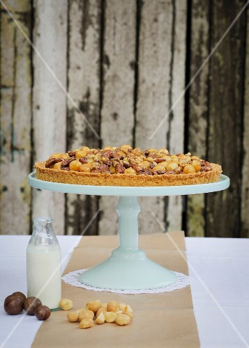 Nut tart with caramel