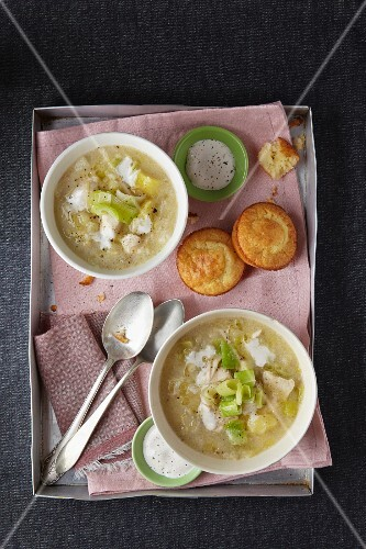 Chicken stew with leek, bananas and spicy muffins