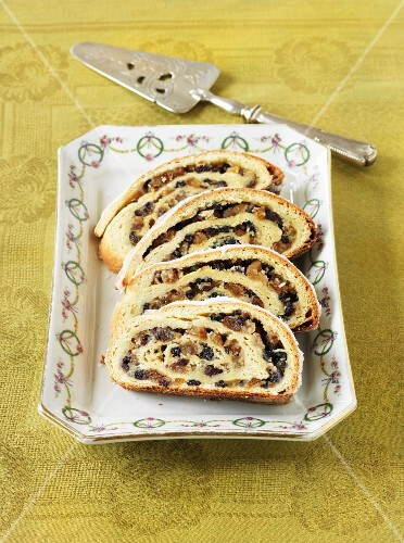 Stuffed bread wreath with almonds and raisins