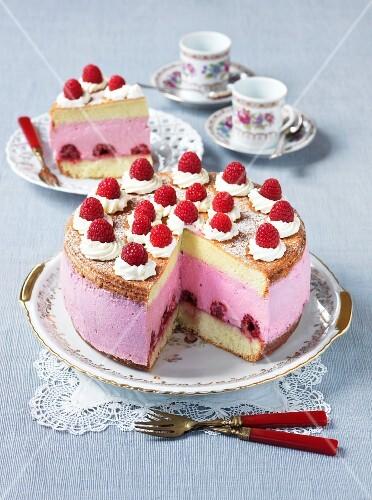 Creamy cheese cake with raspberries