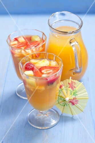 Apple and orange juice with fresh fruits