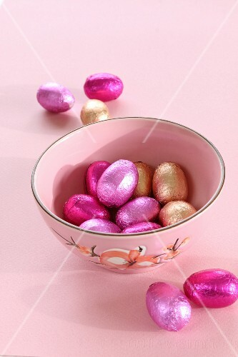Foil-wrapped chocolate Easter eggs in a bowl