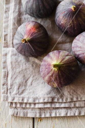 Fresh red figs on a linen cloth (seen from above)