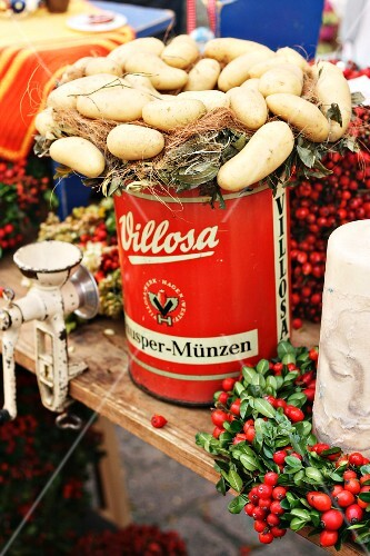 A potato wreath on an old-fashioned tin