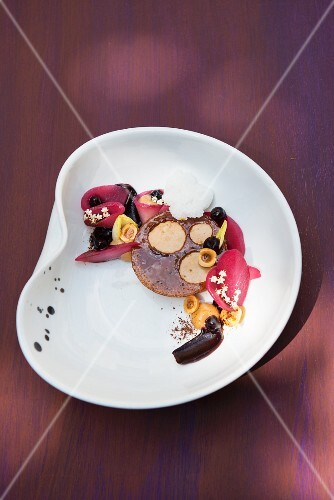Pears poached in elderberry juice with chicory and hazelnuts (Japan)