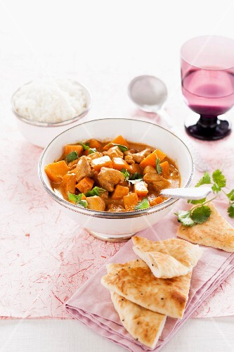 Pumpkin curry with chicken, unleavened bread and rice (India)