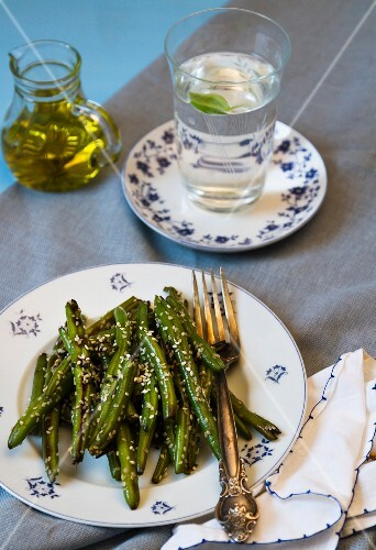 Green beans with sesame seeds and olive oil