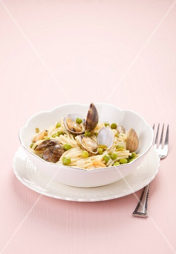 Pasta with clams and peas