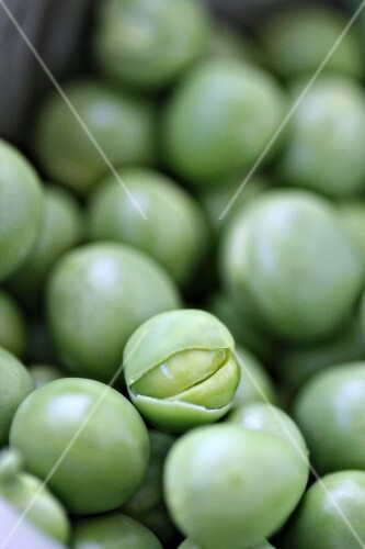 Lots of peas (close-up)