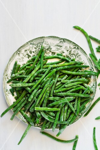 A plate of frozen green beans (seen from above)
