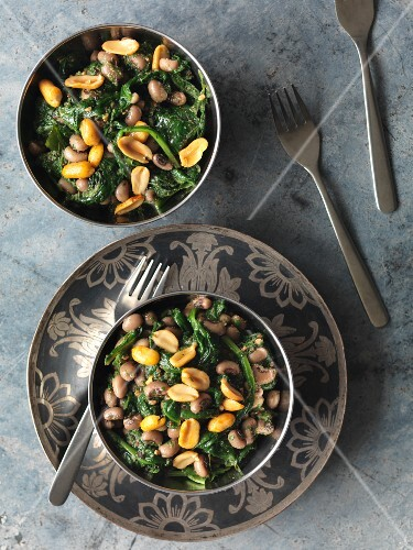 Spinach with black-eyed beans and peanuts (India)