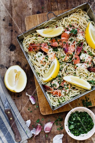 Spaghetti with king prawns and parsley