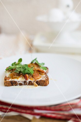Wholemeal bread topped with melted goat's cheese, bacon, onions and watercress
