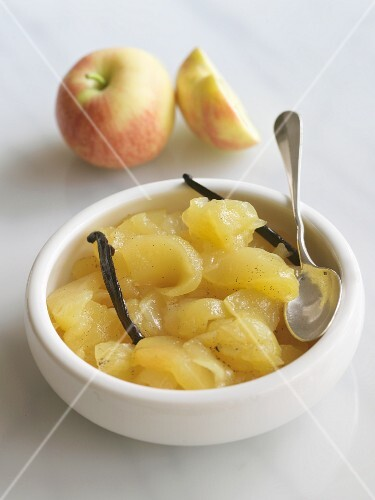 Apple compote with vanilla pods