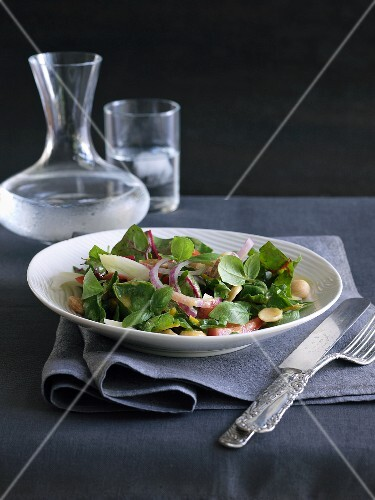 Mixed leaf salad with fennel and almonds