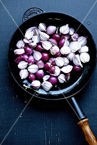 Red onions and a cast-iron pan (seen from above)