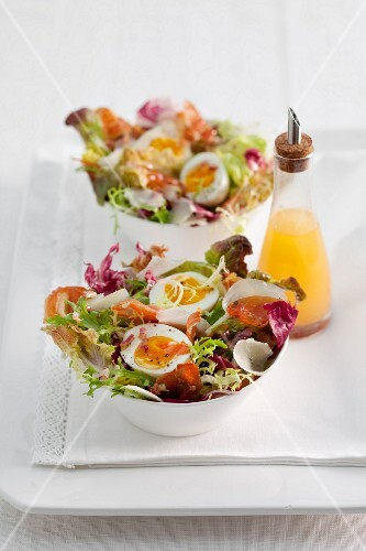 Mixed salad with bacon and egg