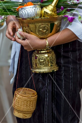 A woman bringing an offering at a temple (Vientiane, Laos)