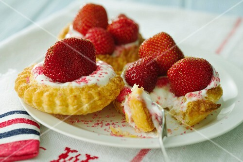 Puff pastry tartletts with strawberries and yogurt cream
