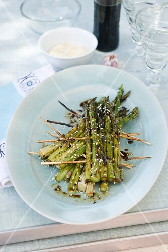 Grilled asparagus with sesame seeds