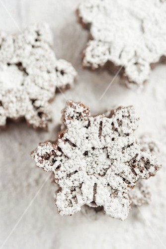 Mini snowflake-shaped chocolate cakes dusted with icing sugar