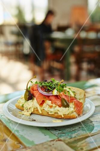 Baguette-Sandwich mit Selleriesalat und Räucherlachs