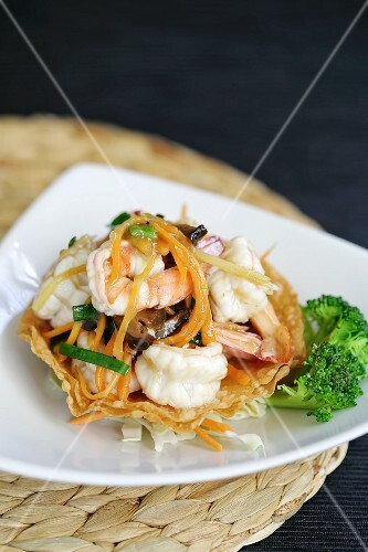 King prawn salad with carrots and bean sprouts