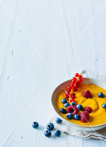 Apple and carrot porridge with fresh berries