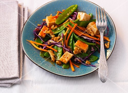 Vegetable salad with tofu, ginger and a chilli dressing