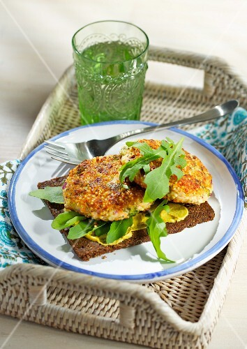 Salmon burgers with millet on pumpernickel