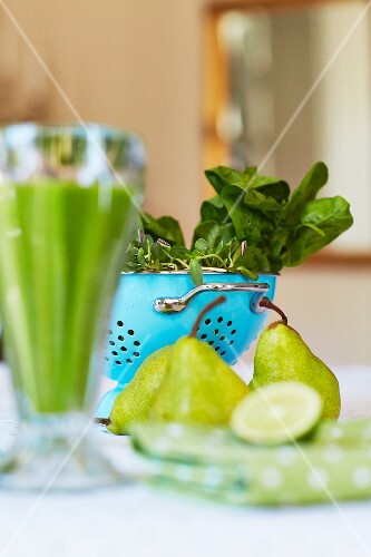 Fresh spinach and pears for making a green smoothie