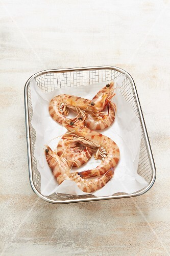 King prawns in a paper-lined wire basket