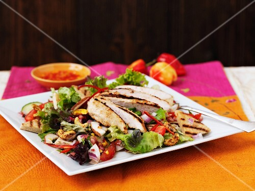 Vegetable salad with chicken and cashew nuts