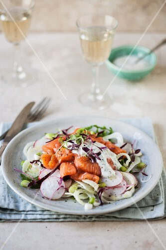 Salmon salad with fennel and radishes