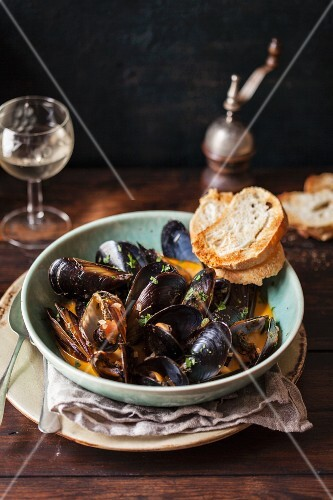 Mussels in tomato sauce with white bread