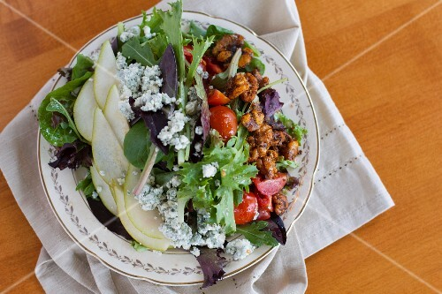 A salad with pears, nuts and blue cheese