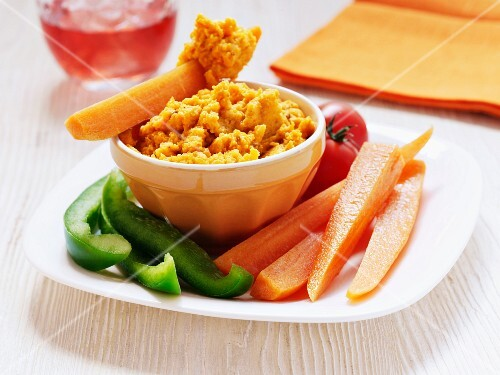 Hummus with peppers, carrots and tomatoes