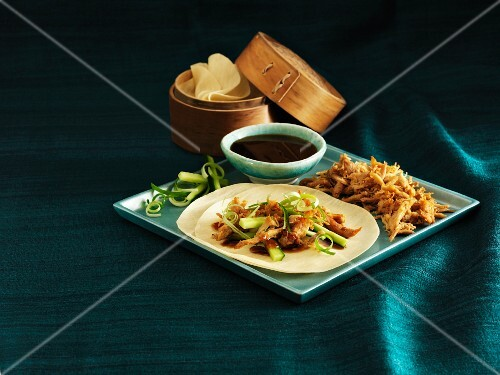Shredded duck with cucumber and spring onions on pancakes (China)