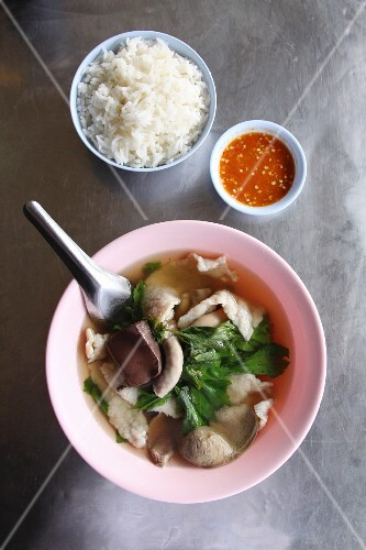 Clear meat broth with pork entrails and rice